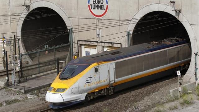 Après un début d'incendie sur une navette de fret, le trafic dans le tunnel sous la Manche a été suspendu jeudi pendant deux heures. /Photo d'archives/REUTERS/Pascal Rossignol