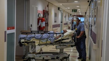 Un patient infecté par le Covid-19 dans une unité de soins intensifs à l'hôpital Albert Einstein de Sao Paulo, Brésil, le 16 novembre 2020