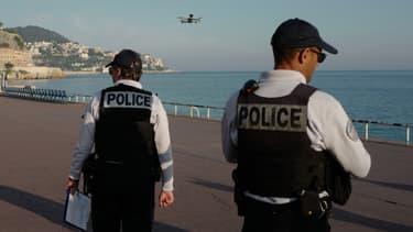 Un drone déployé à Nice invite les passants à rentrer chez eux.