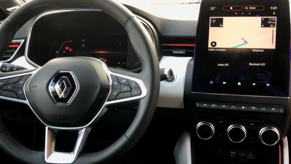 La finition haut de gamme Intens propose un écran digital 7 pouces derrière le volant. le grand écran 9,3 pouces au centre de la planche de bord est lui accessible en option pour 350 euros.