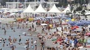Plage à Nice. En ce troisième été de crise, les Français partent toujours autant en vacances mais ils privilégient le territoire national et dépensent moins. La fréquentation touristique sera au moins stable cet été en France, voire en hausse. /Photo pris