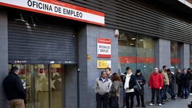Des Espagnols font la queue devant une agence du Pôle emploi espagnol, à Madrid, le 2 décembre 2014.