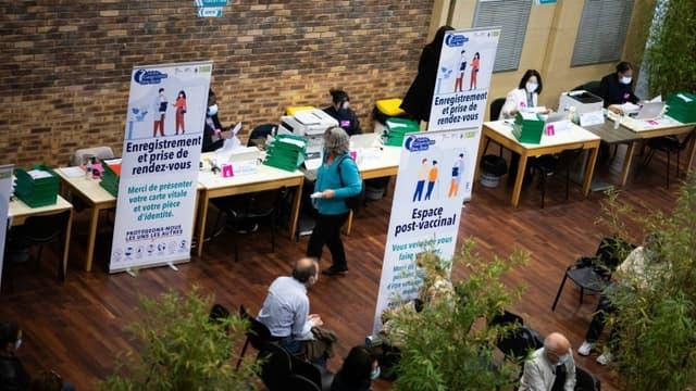 Des patients attendent dans un centre de vaccination à Sainte-Geneviève des Bois dans l'Essonne,le 24 avril 2021.
