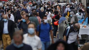 Selon une enquête de Santé Publique France, seulement 54% des Français déclarent garder une distance d'au moins un mètre.