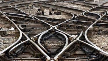 Le trafic des trains régionaux restera perturbé ce week-end en Alsace, annonce vendredi la SNCF, toujours en désaccord avec les syndicats sur les mesures à prendre après l'agression d'un contrôleur mercredi. /Photo prise le 7 avril 2010/REUTERS/Jean-Paul