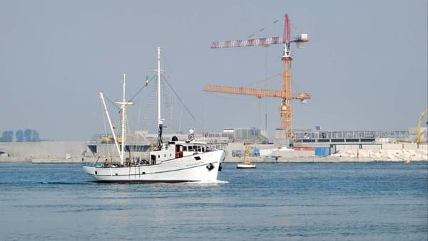 Construction de l'île artificielle du projet MOSE dans la passe du Lido, le 18 octobre 2012 dans la lagune de Venise.