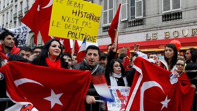 Des milliers de personnes manifestent devant l'Assemblée nationale contre la proposition de loi condamnant la négation des génocides, qui sera examinée dans la journée par les députés français et provoque la colère des autorités turques. /Photo prise le 2