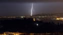 Des éclairs s'abattent sur la baie des Anges à Nice, le 3 février 2017.