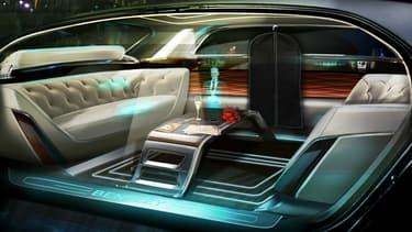 Bentley réfléchit à l'intégration des nouvelles technologies dans l'habitacle, avec pourquoi pas, un majordome en holograme pour personnaliser le lien avec la voiture et son intelligence artificielle.