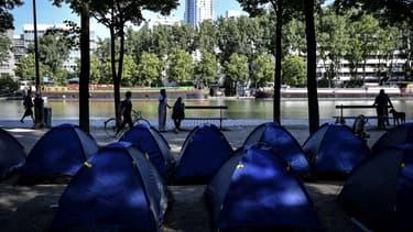 Un campement de migrants s'est installé mercredi sur le bassin de la Villette.