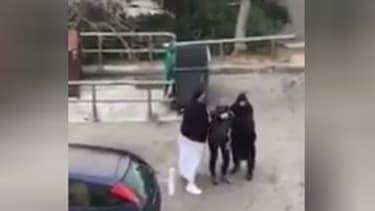 Deux policiers en vêtements traditionnels musulmans interpellent un suspect, mercredi à Marseille
