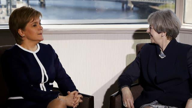 La Première ministre écossaise Nicola Sturgeon et la cheffe du gouvernement britannique Theresa May le 27 mars 2017