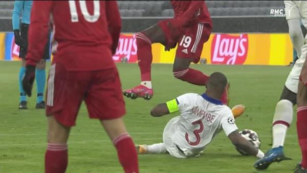 Le ballon tape la main de Presnel Kimpembe après avoir touché Alphonso Davies (65e)