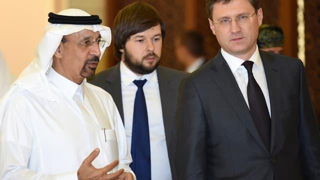 Le ministre russe de l'Énergie, Alexandre Novak (à droite), en compagnie de son homologue saoudien.