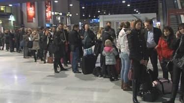 De longues files d'attente se sont formées à l'aéroport de Nice à la suite des annulations de vol