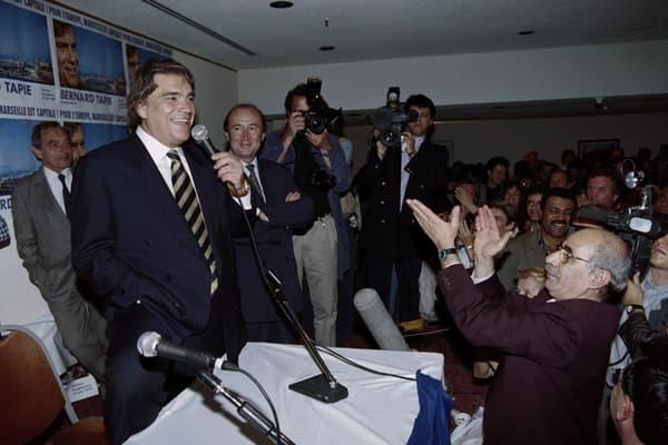 Pleine lucarne. Bernard Tapie célèbre, le 12 juin 1999 à Marseille, les 12,03% de sa liste Énergie radicale aux européennes.