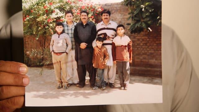 Shakil Afridi (à droite) avec son frère Jamil (au centre).