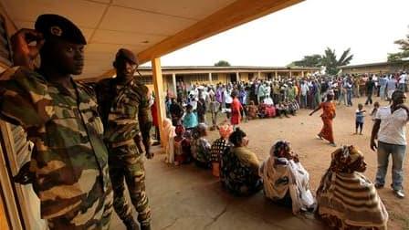 Devant un bureau de vote à Bouaké, dans le centre de la Côte d'Ivoire. Après un premier tour qui s'est déroulé dans un climat plutôt bon enfant, les électeurs ivoiriens ont voté ce dimanche pour désigner leur prochain président lors d'un second tour qui a