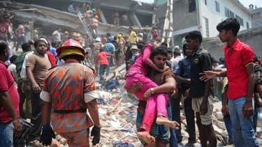 Le drame du Rana Plaza, quelques heures après l'effondrement de l'immeuble.