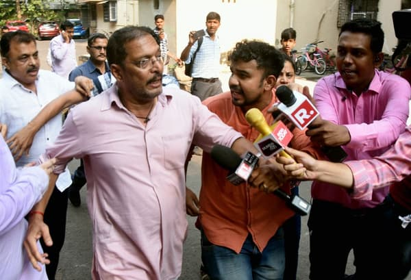 L'acteur Nana Patekar encerclé par des journalistes ce lundi, alors qu'il est accusé d'agression sexuelle par l'actrice Tanushree Dutta.