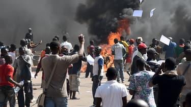 Des manifestants jeudi matin à Ouagadougou, en face du Parlement.