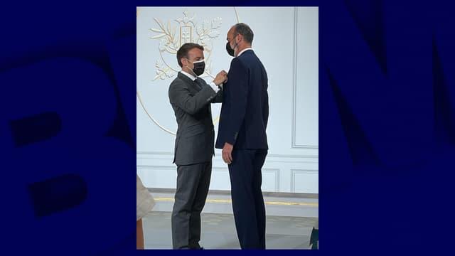 Emmanuel Macron remettant la Légion d'honneur à Edouard Philippe
