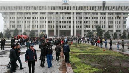 Rassemblement devant le palais présidentiel à Bichkek. Le président kirghize Kourmanbek Bakiev, qui a fui la capitale Bichkek mercredi en raison de violentes émeutes contre son pouvoir, a déclaré ne pas vouloir croire que Moscou soit à l'origine des troub