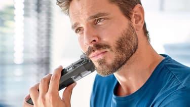 Homme utilisant une tondeuse Philips