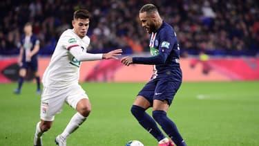 Neymar au duel avec Bruno Guimaraes lors de PSG-OL