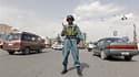 Policier afghan dans une rue de Kaboul. Une vague d'enlèvements, dont ceux de deux candidats, a illustré vendredi le climat d'insécurité dans lequel risquent de se dérouler samedi les élections législatives en Afghanistan. /Photo prise le 17 septembre 201