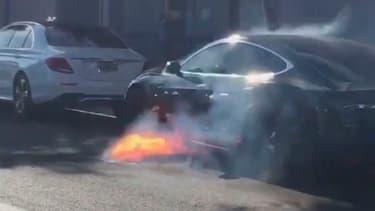 Une Tesla Model S a pris feu dans les rues de Los Angeles.