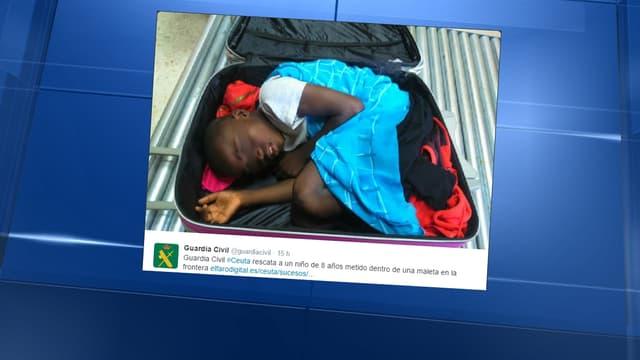 La Garde civile espagnole a diffusé cette photo de l'enfant, découvert caché dans une valise.