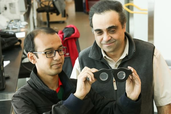 A droite Carlos Mastrangelo, à gauche un de ses étudiants en doctorat, Nazmul Hasan, travaillant sur le projet.