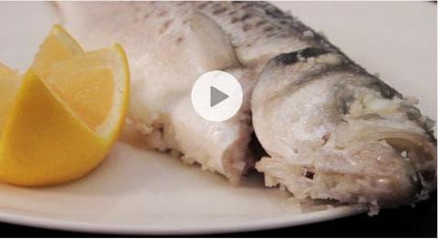 Poisson en croûte de sel : les étapes de la préparation (Vidéo)