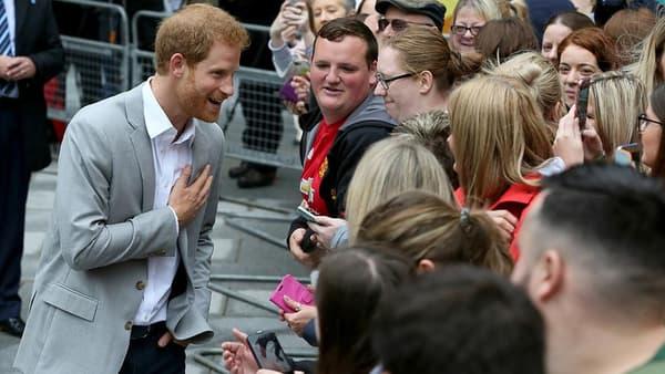 Le prince Harry en plein bain de foule lors d'une visite dans le centre de Belfast, le 7 septembre 2017.