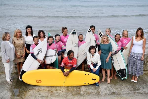 Brigitte Macron et les conjointes de chefs d'Etat assistent à une démonstration de surf, le 26 août.