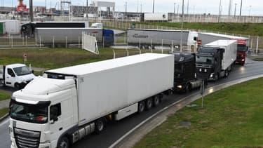 Des camions quittent le terminal de ferry à Calais après avoir traversé la Manche, le 23 décembre 2020