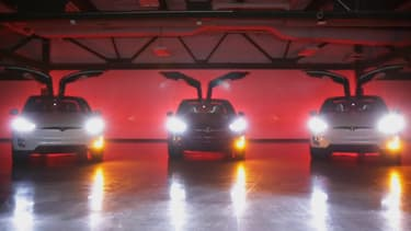 L'animation spéciale se déclenche sur les Tesla Model X et utilise les phares et les portes motorisées.