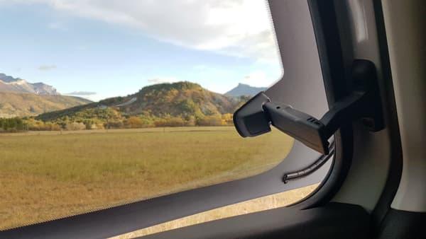 Pour profiter d'un peu d'air, le passager à l'arrière doit plutôt demander l'ouverture des vitres avant.