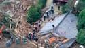 Pompiers à l'oeuvre au milieu des décombres de maisons après un glissement de terrain consécutif aux précipitations liées au passage de la dépression Talas à Tanabe, dans l'ouest du Japon. Le cyclone Talas, passé du stade de tempête à celui de dépression