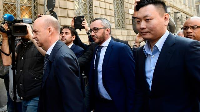 Han Li et Marco Fassone représentant le consortium chinois SES (Sino-Europe Sports) à Milan pour finaliser l'accord avec Fininvest