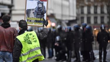 Un manifestant à Lyon ce samedi