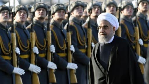 Le président iranien Hassan Rouhani passe en revue la garde d'honneur à son arrivée à l'aéroport de Moscou, le 27 mars 2017
