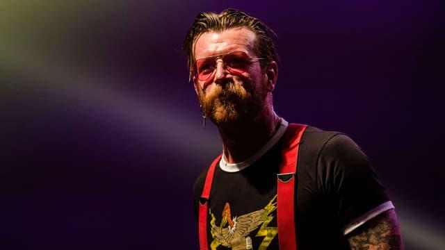 Jesse Hughes en concert avec les Eagles of Death Metal au Forest National à Bruxelles le 25 février 2016