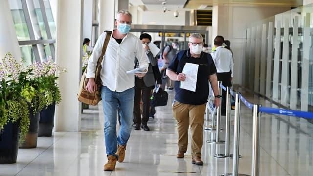 Des passagers en provenance d'Abu Dhabi (Émirats arabes unis) arrivent à l'aéroport de Phuket (Thaïlande), le 1er juillet 2021.