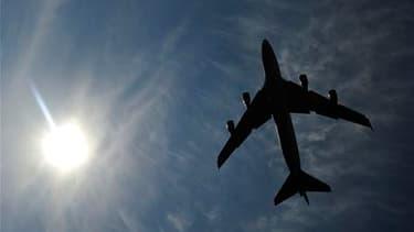 Le nuage de cendres provenant d'un volcan en éruption en Islande arrivera en fin de journée sur le nord de la France où au moins 25 aéroports vont être fermés. Les trois aéroports parisiens, Roissy-Charles-de-Gaulle, Orly et Le Bourget, fermeront au plus