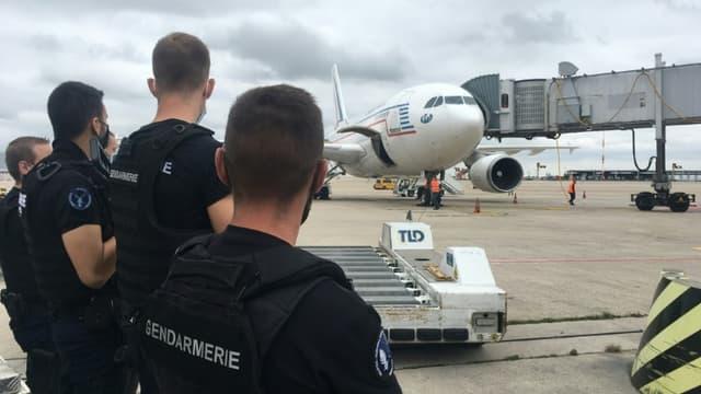 Image extraite d'une vidéo AFP montrant des gendarmes français sur le tarmac de l'aéroport de Roissy, près de Paris, devant l'Airbus A310 de l'armée française transportant les 45 premiers exfiltrés arrivés de Kaboul, le 17 août 2021 (photo d'illustration)