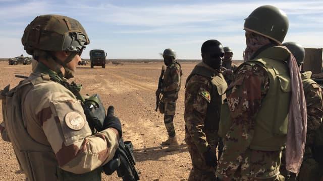 Soldats maliens et soldats français de la mission Barkhane le 2 novembre 2017 au centre du Mali. - Daphné Benoit - AFP