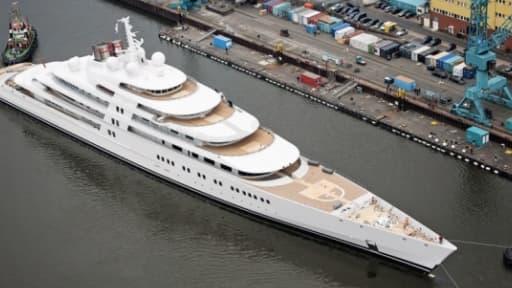 Le Yacht Azzam, construit par l'Allemand Lürssen, est le plus long yacht du monde avec ses 180 mètres.