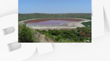 Le lac de Lonar, désormais de couleur rose, est situé dans le centre de l'Inde.